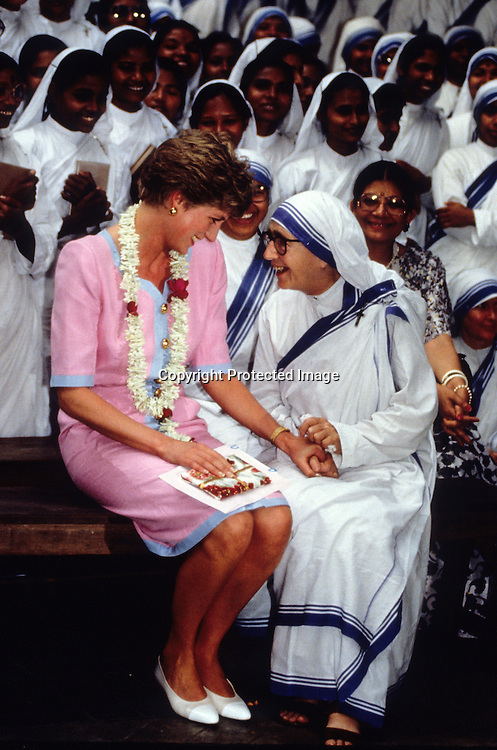 Diana, Princess of Waless holds hands with a nun at Mother Teresa's Hospice in Calcutta during her visit to India in February, 1992.<br />Photo:  Anwar Hussein