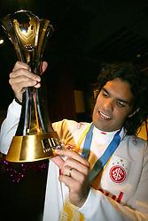 O capitão Fernandão comemora com a Taça o título de campeão do mundial Interclubes da FIFA. FOTO: Jefferson Bernardes/Preview.com