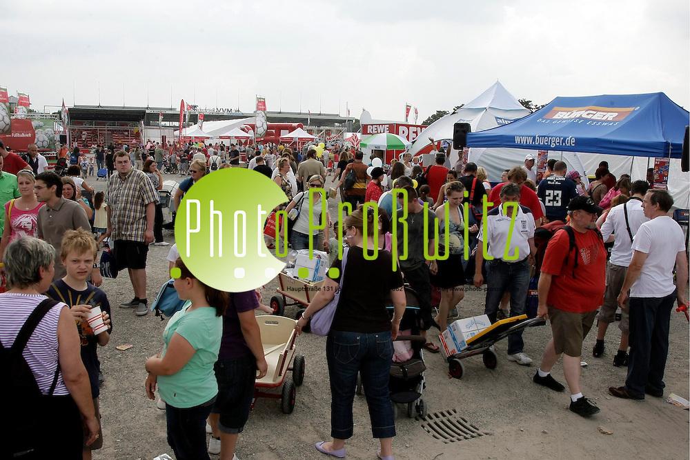 Mannheim. Maimarkt Gel&permil;nde. REWE Familienfest Happy Family. Hier gibt preiswerte Waren direkt vom LKW. <br /> <br /> Bild: Markus Proflwitz / masterpress /  <br /> <br /> ++++ Archivbilder und weitere Motive finden Sie auch in unserem OnlineArchiv. www.masterpress.org oder &cedil;ber das Metropolregion Rhein-Neckar Bildportal   ++++