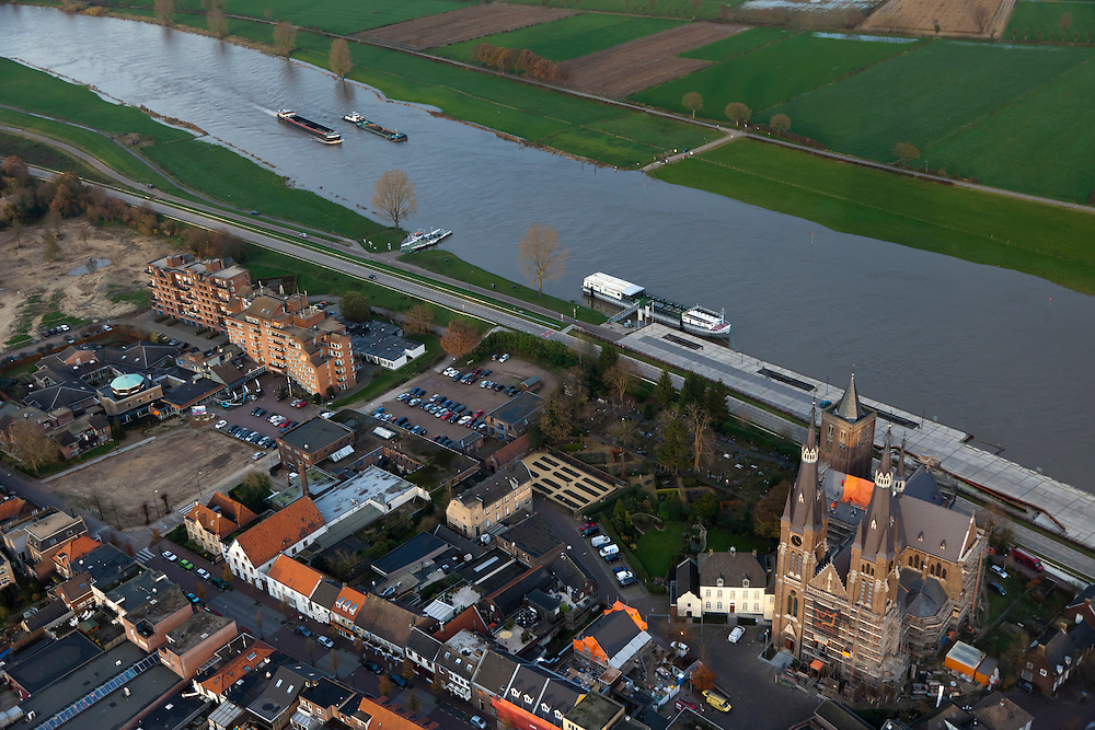 Nederland, Noord-Brabant, Cuijk, 15-11-2010;.Kerk van Cuijk aan de Maas.  Church of Cuijk along the river Meuse..luchtfoto (toeslag), aerial photo (additional fee required).foto/photo Siebe Swart