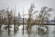 Nederland, Nijmegen, 28-12-2012Hoogwater van de rivier de waal. Zicht op de stad vanuit de Ooijpolder.Foto: Flip Franssen/Hollandse Hoogte
