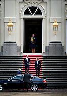 De informateurs Henk Kamp en Wouter Bos arriveren bij paleis Huis ten Bosch voor een kennismakingsbezoek bij koningin Beatrix. Tijdens het bezoek zullen zij het staatshoofd op de hoogte stellen van de werkwijze bij de kabinetsformatie.