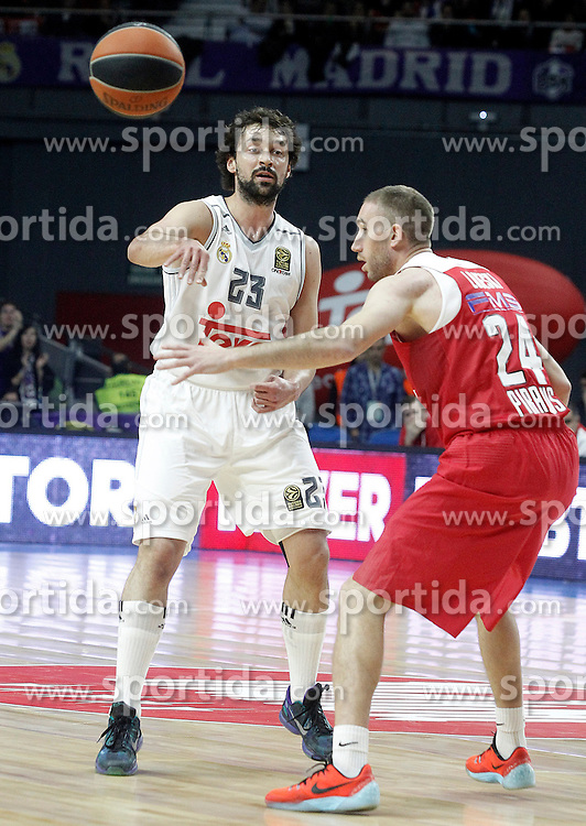 28.01.2016, Palacio de los Deportes, Madrid, ESP, FIBA, EL, Real Madrid vs Olympiacos PiraeusPlayoff, 5. Spiel, im Bild Real Madrid's Sergio LLull (l) and Olympimpiacos Piraeus' Matt Lojeski // during the 5th Playoff match of the Turkish Airlines Basketball Euroleague between Real Madrid and Olympiacos Piraeus at the Palacio de los Deportes in Madrid, Spain on 2016/01/28. EXPA Pictures © 2016, PhotoCredit: EXPA/ Alterphotos/ Acero<br /> <br /> *****ATTENTION - OUT of ESP, SUI*****