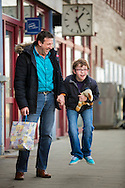 reportage over Marc Van Rooy en zijn zoontje Jeno met autisme-zij nemen elke zaterdag de trein van Herentals naar Antwerpen-centraal om daar 50minuten alle roltrappen van het station te nemen om vervolgens hun trein terug naar herentals te nemen-foto joren de weerdt