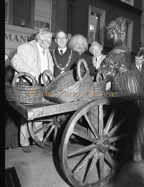 """Molly Malone Statue Unveiled. (R93)..1988..20.12.1988..12.20.1988..20th December 1988..""""Dublin's Fair City"""" received a millenniun gift to commemorate her most famous daughter, Molly Malone, when Jurys Hotel Group plc presented a specially commissioned sculpture to the people of Dublin. The sculpture was formally handed over by Michael McCarthy, MD,Jurys Hotel Group, to the Lord Mayor of Dublin, Councillor Ben Briscoe, TD, in an unveiling ceremony today at the corner of Grafton Street, Suffolk Street and Nassau Street..Molly Malone was created and fashioned in her traditional 17th century dress by Dublin born artist, Jeanne Rynhart, who was selected from a number of entries for the statue design, by the Dublin Millennium Board...'Dubliners' Eamon Campbell and John Sheehan stand with Dublin Lord Mayor,Ben Briscoe at the statue of Molly Malone in Dublin City Centre."""