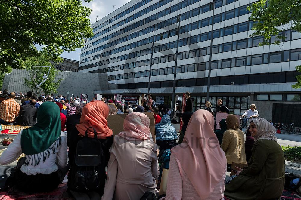 Muslime sitzen w&auml;hrend der Kundgebung zur Schlie&szlig;ung des Gebetsraumes der TU Berlin am 20.05.2016 in Berlin, Deutschland vor der Uni auf dem Boden. Ca 200 Muslime hielten vor der Universit&auml;t eine Kundgebung und ein Gebet ab um gegen die Schlie&szlig;ung des Gebetsraumes in der Universit&auml;t zu demonstrieren. Foto: Markus Heine / heineimaging<br /> <br /> ------------------------------<br /> <br /> Ver&ouml;ffentlichung nur mit Fotografennennung, sowie gegen Honorar und Belegexemplar.<br /> <br /> Bankverbindung:<br /> IBAN: DE65660908000004437497<br /> BIC CODE: GENODE61BBB<br /> Badische Beamten Bank Karlsruhe<br /> <br /> USt-IdNr: DE291853306<br /> <br /> Please note:<br /> All rights reserved! Don't publish without copyright!<br /> <br /> Stand: 05.2016<br /> <br /> ------------------------------