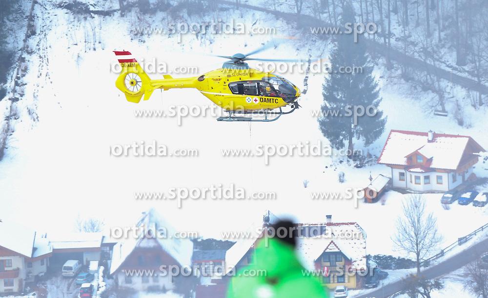 05.02.2013, Planai, Schladming, AUT, FIS Weltmeisterschaften Ski Alpin, Super G, Damen, im Bild die Bergung der verletzten Lindsey Vonn (USA) per Hubschrauber // the rescue of the injured Lindsey Vonn of United States with a Helicopter during ladies SuperG at the FIS Ski World Championships 2013 at the Planai Course, Schladming, Austria on 2013/02/05. EXPA Pictures © 2013, PhotoCredit: EXPA/ Johann Groder