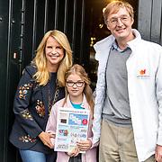 NLD/Naarden/20170926 - Overhandiging 1e kinderpostzegels aan Linda de Mol door Luca met directeur Jeroen den Tex