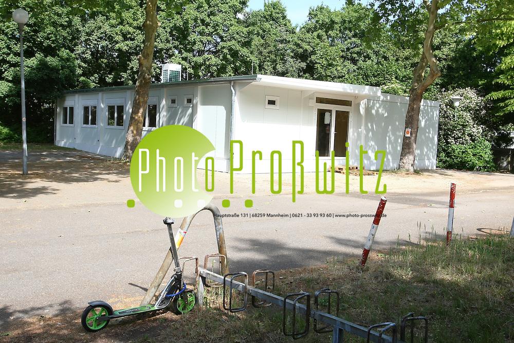 Mannheim. Mannheim. Feudenheim. Br&cedil;der Grimm Grundschule. Auf dem Besucher und Lehrerparkplatz werden neue Container errichtet. Auslagerung von Klassenzimmer.<br /> <br /> Bild: Markus Proflwitz / masterpress /   *** Local Caption *** KEINE Onlinefreigabe !<br /> <br /> Markus Proflwitz<br /> Hauptstrafle 131<br /> 68259 Mannheim<br /> info@masterpress.org<br /> www.masterpress.org / www.