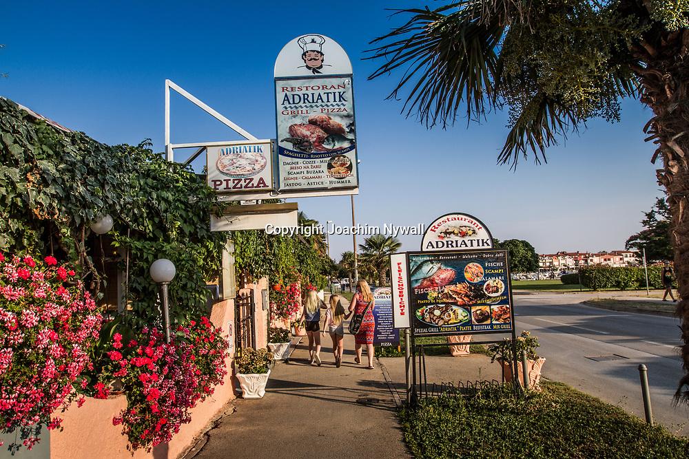 Medulin 2015 07 07 Kroatien<br /> Restauranger och barer vid strandpromenaden i Medulin<br /> ----<br /> FOTO : JOACHIM NYWALL KOD 0708840825_1<br /> COPYRIGHT JOACHIM NYWALL<br /> <br /> ***BETALBILD***<br /> Redovisas till <br /> NYWALL MEDIA AB<br /> Strandgatan 30<br /> 461 31 Trollh&auml;ttan<br /> Prislista enl BLF , om inget annat avtalas.