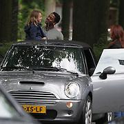 NLD/Laren/20080808 - Patrick Kluivert in gesprek met Leontien Borsato en dochter Jada