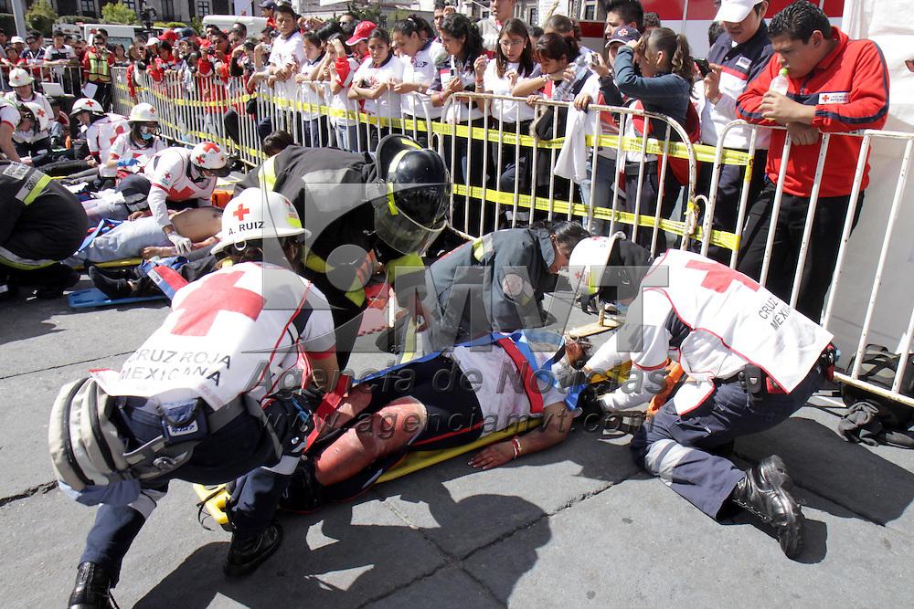 TOLUCA, México.- Elementos de Cruz Roja Mexicana realizaron un simulacro de explosión en la plaza de los Mártires, 17 heridos y 2 muertos es el saldo, una forma de mostrar a la población de cómo debe de actuar ante un incidente y cual es la labor que desempeñan los rescatistas de Cruz Roja al acudir a auxiliar a la población. Agencia MVT / Crisanta Espinosa. (DIGITAL)