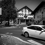 Auf dem ersten Blick ein typisches Tiroler Dorf, es herrscht allerdings viel Verkehr in dem 6000 Einwohner St&auml;dtchen, viele Fahrzeuge haben ein deutsches Kennzeichen. Reutte hat elf Banken.<br /> &copy; 2013 Harald Krieg/Agentur Focus