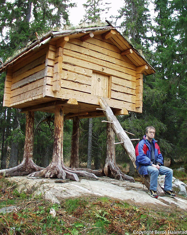 Stolpebur laget av Nils Arvid Westerfjell i Namsskogan. Bur for oppbevaring av mat, sørsamisk njalla.