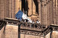 Europa, Deutschland, Koeln, der Dom, eine Gruppe von Zimmerleuten besichtigt auf einem Rundgang das Dach des Doms.<br /> <br /> Europe, Germany, Cologne, on a guided tour a group of carpenters visit the roof of the cathedral.
