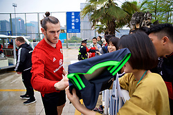 NANNING, CHINA - Saturday, March 24, 2018: Wales' Gareth Bale signs autographs for supporters during a training session at the Guangxi Sports Centre ahead of the 2018 Gree China Cup International Football Championship final match against Uruguay. (Pic by David Rawcliffe/Propaganda)