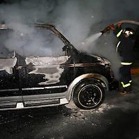 Toluca, Mex.- Bomberos sofocan lanoche de ayer el fuego que consumio por completo una camioneta tipo Van sobre la avenida las Torres casi esquina con Pino Suarez, los integrantes de una familia que venian a bordo resultaron ilesos y presuntamente el incidente se debio a una fuga de combustible. Agencia MVT / Mario Vazquez de la Torre. (DIGITAL)<br /> <br /> NO ARCHIVAR - NO ARCHIVE