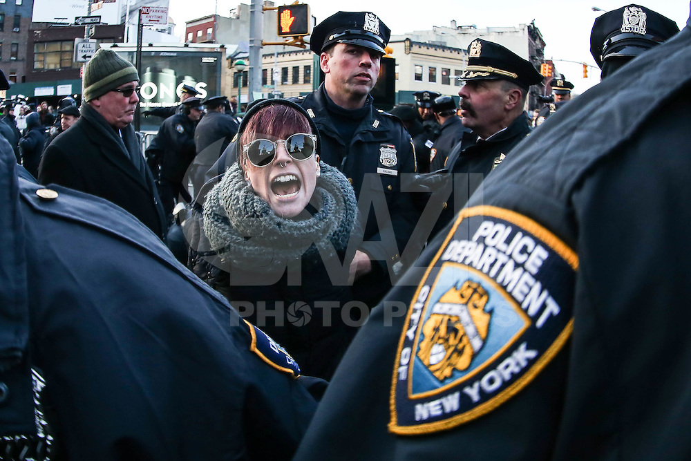 NEW YORK, NY - 04.02.2017 - PROTESTO-NEW YORK - Jovens são presos durante manifestação no Stonewall contra as políticas do presidente dos EUA, Donald Trump e em solidariedade com imigrantes, solicitantes de asilo, refugiados e a comunidade LGBT na cidade Nova York nos Estados Unidos neste sábado, 04. (Foto: William Volcov/Brazil Photo Press)
