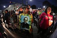 """Jóvenes de colegios católicos, religiosos y personas de las organizaciones sociales marchan Saturday March 25, 2017 en la """"Marcha de los Farolillos"""" conmemorativa al XXXVII Aniversario de la muerte de Monseñor Orcar Arnulfo Romero. Photo: Franklin Rivera/fmln/Imagenes Libres."""