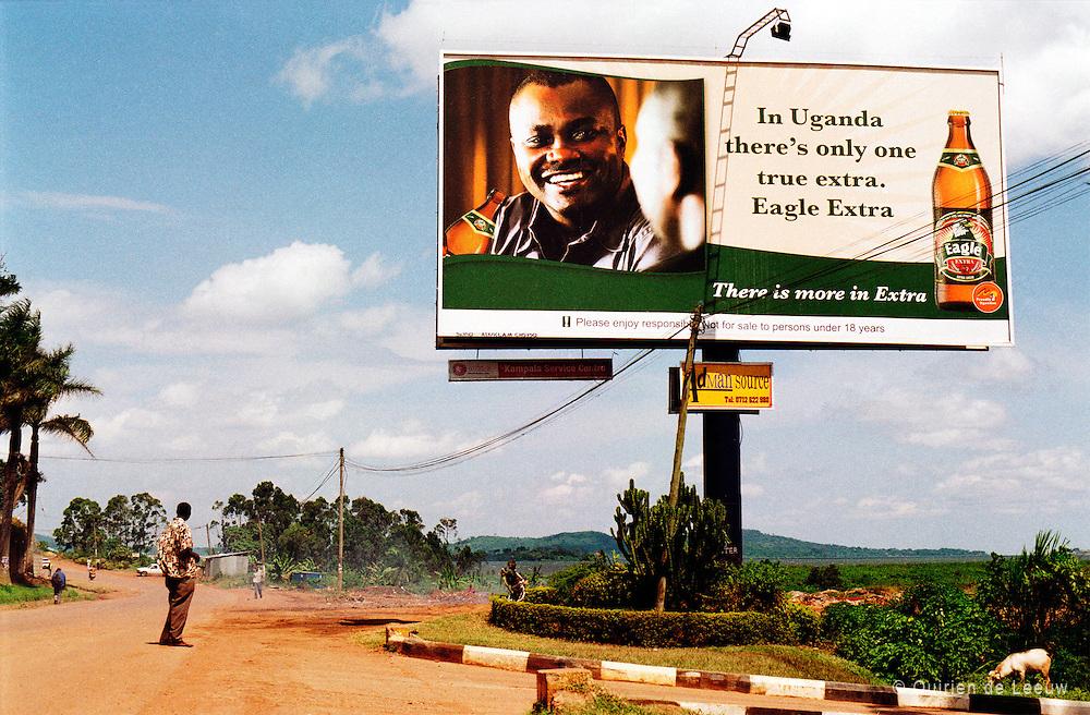 Bierreclame in Afrika. &quot;In Uganda there's only one true extra. Eagle Extra.&quot; <br /> Eagle is een merk van de grote bierbrouwer SABMiller uit het Verenigd Koninkrijk.