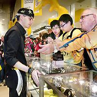 Nederland, Amsterdam , 1 oktober 2009..Een als piraat verklede verkoper op de horlogeafdeling van de Bijenkorf tijdens de eerste koopjesdag van de Drie dwaze Dagen...Three Crazy Days, annual sale of the Bijenkorf store, promoting bargains.