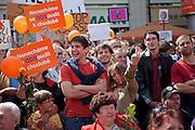 """Menschenmenge vor dem Wahlkampfauftritt zur Europawahl der Oppositionspartei CSSD in Tschechien im Prager Stadtteil Smichov. Auf dem Internet-Netzwerk """"Facebook"""" haben sich schon ung. 47.000 Menschen zu einer Eierwerfer-Gruppe zusammengeschlossen und am Andel kam es dann zum wahrscheinlich groessten Eierwurf Protest in Tschechien - vor allem gegen den CSSD Oppositionsfuehrer Jiri Paroubek."""