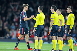 20.10.2015, Emirates Stadium, London, ENG, UEFA CL, FC Arsenal vs FC Bayern Muenchen, Gruppe F, im Bild l-r: Thomas Mueller #25 (FC Bayern Muenchen) geht zu den Schiedsrichtern // during UEFA Champions League group F match between Arsenal FC and FC Bayern Munich at the Emirates Stadium in London, Great Britain on 2015/10/20. EXPA Pictures © 2015, PhotoCredit: EXPA/ Eibner-Pressefoto/ Kolbert<br /> <br /> *****ATTENTION - OUT of GER*****