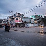 """Shejaya, quartiere a nord della striscia di Gaza. Una delle zone piu colpite dall'attacco israeliano """"Margine protettivo"""". Il quartiere è stato raso al suolo. La popolazione, a distanza di sei mesi dalla fine della guerra, vive tra le macerie della propria casa, al freddo, senza luce, gas e acqua. Nella foto la vista di una zona del quartiere non colpita dai bombardamenti."""