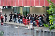 Des refugies attendent de pouvoir rentrer dans le centre de la croix rouge Italienne a quelques kilometres de la gare de Vintimille afin d'y passer la nuit. le 23 Avril 2011 © Benjamin Girette/IP3 press