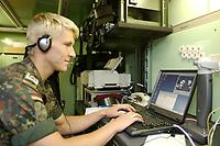 15 JUL 2002, ULM/GERMANY:<br /> Soldat eines Netzverbindungstrupps BIGSTAF der 2. Kompanie, Fernmelderegiment 21, betreibt das Gefechtsstandnetz und Netzzugaenge zu anderen Netzen, II (GE/US) Korps, Ulm<br /> IMAGE: 20020715-01-037<br /> KEYWORDS: Computer, Kommunikation, Soldat, Soldaten, soldier, Telefon, Fernmelder