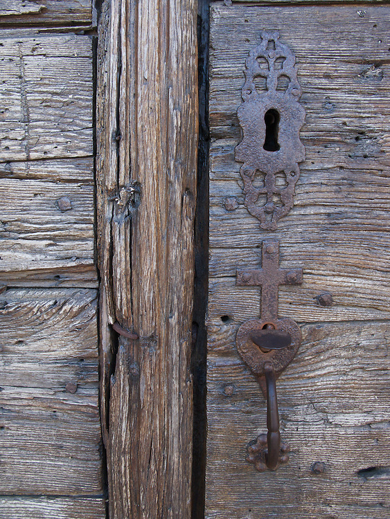 In the village of Pimbo, the old Saint-Barthélemy collegiate church featured an attractive old iron lock and handle. The door itself must have been hundreds of years old based on its weathered look.
