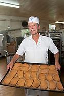 James Tilander visar upp stors&auml;ljaren &quot;Astoria Cinnamon Toast&quot;. En typ av skorpa med kanel och str&ouml;socker. Home Bakery s&auml;nder skorporna &ouml;ver hela USA, fr&aring;n New York City till Alaska. <br /> <br /> James Tilander &auml;r bagare som driver bageriet Home Bakery i Astoria, Oregon. 1910 startades Home Bakery av tre finska emigranter Elmer Wallo, Charlie Jarvanin och Arthur A. Tilander. James Tilander &auml;r barnbarn till Arthur A. Tilander.<br /> <br /> Foto: Christina Sj&ouml;gren
