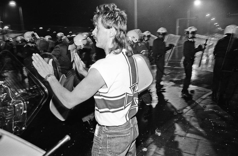 Germany - Deutschland - Rostock-Lichtenhagen; Progrome, Ausstreitungen gegen Asylbewerber vor und und um die Zentrale Aufnahmestelle für Asylbewerber (ZAST)..Flüchtlinge, vorallem aus Osteuropa; Vietnamesen werden Opfer von fremdenfeindlichen Angriffen; die Polizei war vorallem am 1. Tag (23.08.1992) machtlos bzw abwesend; HIER: am 23.August 1992; 1. Tag der Angriffe und Straßenschlachten; Polizeieinsatz; die Polizei zog sich erst zurück bis später u.a. der Bundesgrenzschutz zur Hilfe kam - Rechtsextremer Mann applaudiert den jugendlichen Angreifern, heizt die Stimmung an ...