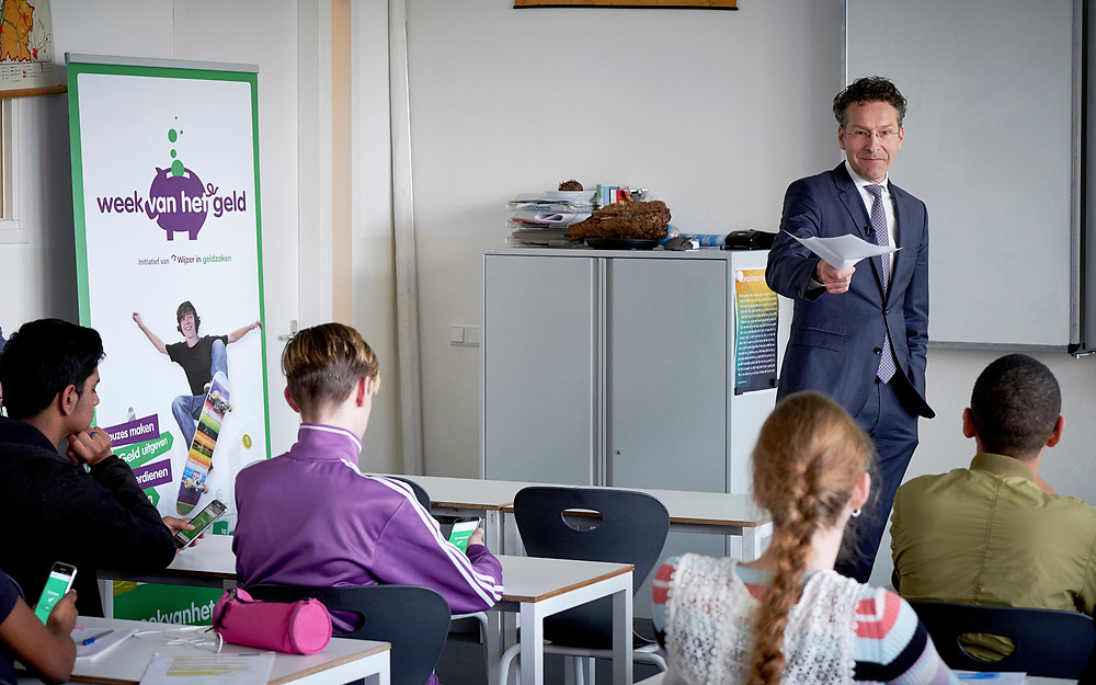 Den Haag, 30 maart 2017<br /> Minister Jeroen Dijsselbloem van Financien geeft een gastles over geldzaken aan 3-VMBO leerlingen van Maris College Bohemen in het kader van de Week van het Geld.<br /> Foto Martijn Beekman / ministerie van Financien