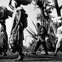 Congo/Rwanda border Monday 18th November 1996<br /> Largish groups of people are still crossing the border (Kabila's new government of Congo has decided the refugees from Rwanda have to return home). Most are returning with fewer possessions than they arrived with two years ago.