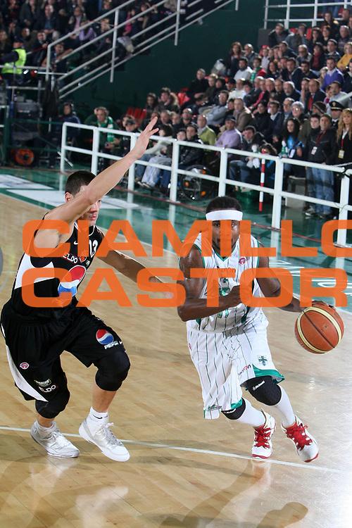 DESCRIZIONE : Avellino Lega A 2009-10 Air Avellino Pepsi Juve Caserta<br /> GIOCATORE : Dee Brown<br /> SQUADRA : Air Avellino<br /> EVENTO : Campionato Lega A 2009-2010<br /> GARA : Air Avellino Pepsi Juve Caserta<br /> DATA : 19/12/2009<br /> CATEGORIA : palleggio<br /> SPORT : Pallacanestro<br /> AUTORE : Agenzia Ciamillo-Castoria/E.Castoria<br /> Galleria : Lega Basket A 2009-2010 <br /> Fotonotizia : Avellino Campionato Italiano Lega A 2009-2010 Air Avellino Pepsi Juve Caserta<br /> Predefinita :