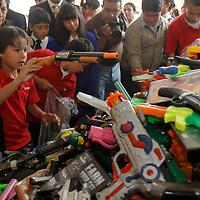METEPEC, México.- Niños de Kinder y Primaria participaron en la Jornada Infantil por la Paz en Metepec, en donde se busca inculcar valores en los menores para desterrar la violencia e inhibir el uso de armas, por lo que entregaron de forma voluntaria los juguetes violentes que poseían. Agencia MVT / Crisanta Espinosa. (DIGITAL)