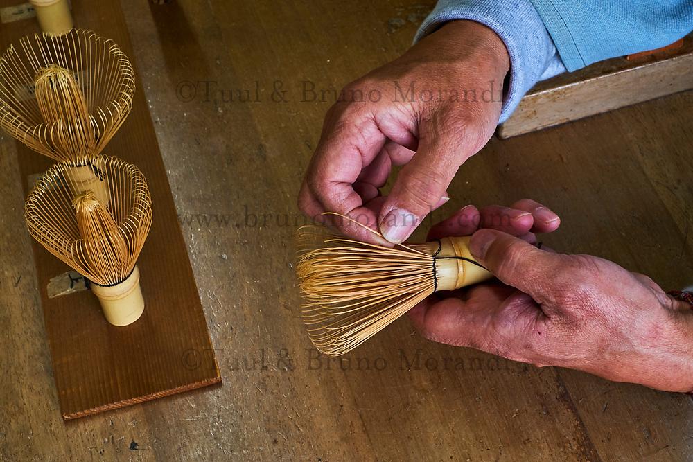 Japon, île de Honshu, région de Kansaï, Kyoto, Mr Tanimura Yasaburo, artisan de chasen, intrument de cérémonie du thé pour faire le thé matcha // Japan, Honshu island, Kansai region, Kyoto, Mr Tanimura Yasaburo, making chasen, whisk for matcha for the tea ceremony