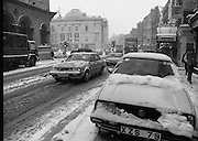 Dublin Snow Scenes.  (R48)..1897..14.01.1987..01.14.1987..14th January 1987..Following unprecedented overnight snow Dublin City almost came to a standstill.There was severe traffic disruption and many events scheduled for city centre venues were cancelled...Image shows a view down Dame Street toward City Hall as the snow continued to fall.