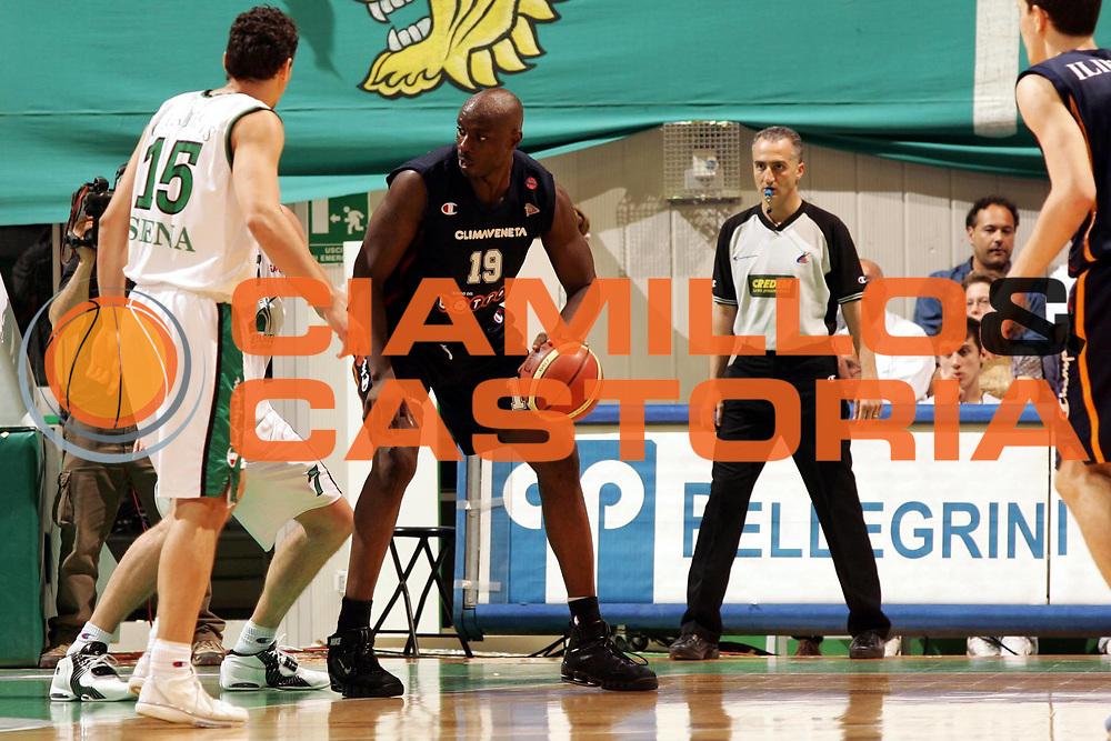 DESCRIZIONE : Siena Lega A1 2005-06 Play Off Quarti Finale Gara 1 Montepaschi Siena Lottomatica Virtus Roma <br /> GIOCATORE : Ekezie <br /> SQUADRA : Lottomatica Virtus Roma <br /> EVENTO : Campionato Lega A1 2005-2006 Play Off Quarti Finale Gara 1 <br /> GARA : Montepaschi Siena Lottomatica Virtus Roma <br /> DATA : 17/05/2006 <br /> CATEGORIA : Palleggio <br /> SPORT : Pallacanestro <br /> AUTORE : Agenzia Ciamillo-Castoria/P.Lazzeroni