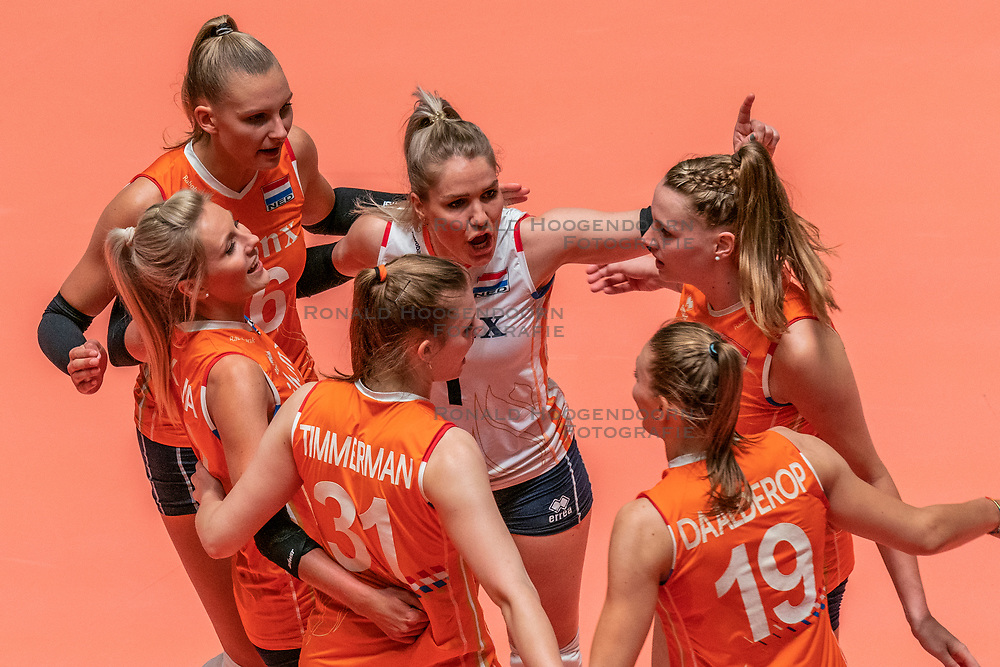 28-05-2019 NED: Volleyball Nations League Netherlands - Brazil, Apeldoorn<br /> <br /> Laura Dijkema #14 of Netherlands, Juliët Lohuis #7 of Netherlands, Nika Daalderop #19 of Netherlands, Nicole Oude Luttikhuis #17 of Netherlands, Kirsten Knip #1 of Netherlands