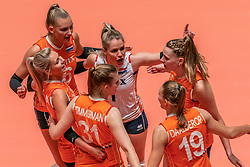 28-05-2019 NED: Volleyball Nations League Netherlands - Brazil, Apeldoorn<br /> <br /> Laura Dijkema #14 of Netherlands, Juliët Lohuis #7 of Netherlands, Nika Daalderop #19 of Netherlands, Nicole Oude Luttikhuis #17 of Netherlands, Kirsten Knip #1 of Netherlands