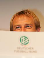 Fotball<br /> Jürgen Klinsmann - landslagssjef Tyskland<br /> Foto: Witters/Digitalsport<br /> NORWAY ONLY<br /> <br /> 09.11.2005<br /> DFB WM 2006 Trikot Praesentation<br /> Fussball Deutschland