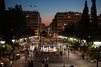 &quot;Man muss das Paradoxe aushalten und lernen, das Andererseits im Einerseits mitzuden- ken und umgekehrt: &bdquo;Ja&ldquo; und &bdquo;Nein&ldquo; &ndash; das sind Lager und Schnittmengen zugleich, weil Alexis Tsipras eine Bedrohung ist und eine Hoffnung. Viele Menschen ha- ben sich an die Krise gew&ouml;hnt wie an die Sommerhitze, sie ist zu einem Teil ihres Alltags geworden und l&auml;hmt das Land. Aber man muss mit ihr zurechtkommen.<br /> &bdquo;Europa schuldig zu sprechen wegen seiner angeblichen Austerit&auml;tspolitik, ist immer der falsche Ansatz&ldquo;<br /> Apostolos Siokas<br /> Vize-B&uuml;rgermeister Moschato<br /> Zeiten waren schwierig, die Zeiten sind schwierig und die Zeiten werden schwierig sein. Eben drum aber sehnt man sich zugleich nach einer Katharsis, nach der Bereinigung einer Gegenwart, die nicht vergehen will.&quot; <br /> <br /> &quot;Der ewige Marathon&quot; | Dieter Schnaas | Wirtschaftswoche 29/10.7.2015