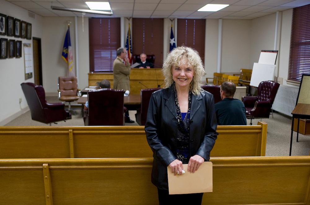 Die Demokratin Mary Jane Lofland ist 'County Chair' der Demokraten und betreibt einen Bail Bond Service. Hier im Gerichtssaal (Democratic County Court Ochiltree) von Perryton.Republikaner-Hochburg Perryton, Texas. ..© Stefan Falke