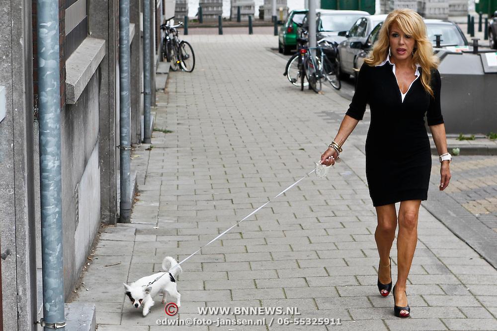 NLD/Rotterdam/20100815 - Christina Curry en Patrcia Paay krijgen een tatoeage, Patrcia Paay laat haar hond Charly uit