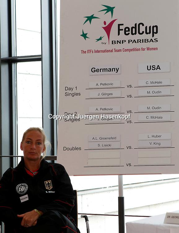 Fed Cup 2011 in Stuttgart, internationales ITF  Damen Tennis Turnier, Mannschafts Wettbewerb, team competition,Pressekonferenz,Pk, Auaslosungszeremonie,Team Captain Barbara Rittner (GER) neben der Tafel mit der Spielansetzung