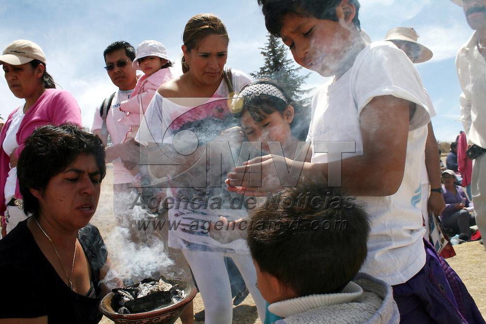 Toluca,  México.- La zona arqueológica de Calixtlahuaca recibió a visitantes de la zona que acudieron a cargarse de energía con la entrada del Equinoccio de Primavera, algunos se realizaron limpias para dejar la  energía negativa a un lado.  Agencia MVT / José Hernández