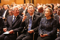 Bundespr‰sident Joachim Gauck, UN-Generalsekret‰r Ban Ki Moon und dessen Ehefrau bewundern den Grossen Festsaal <br /> 20 Jahre Internationaler Seegerichtshof Hamburg<br /> Jubil‰umsfeier Festakt im Rathaus Hamburg Grosser Festsaal  / 071016<br /> <br /> ***Ceremony 20 years International Maritime Court (Internationaler Seegerichtshof) in Hamburg, Germany, October 07, 2016 ***