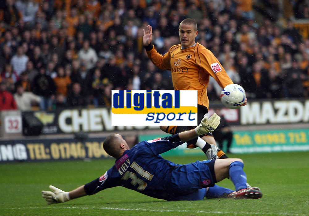 Photo: Rich Eaton.<br /> <br /> Wolverhampton Wanderers v West Bromwich Albion. Coca Cola Championship. Play off Semi Final, 1st Leg. 13/05/2007. West Brom goalkeeper makes a first half save to deny Wolves Michael Kightly